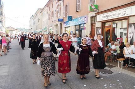 Vinay danseuses de dalc h mat suivies des musiciens 2