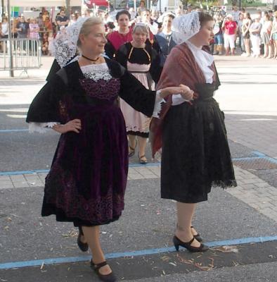 Vinay morgane en costume de belle ile en terre et francoise en costume de baud c